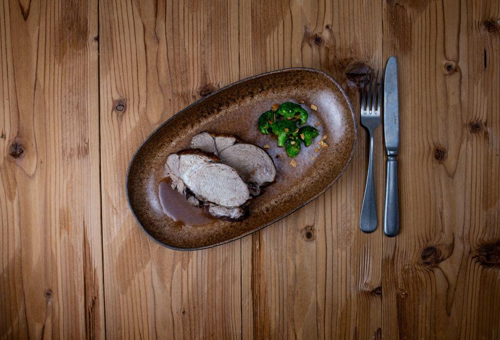 Lammbraten mit Rotweinsauce und Mandel-Brokkoli